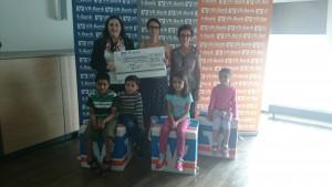 Die Projektgruppe bei der Spendenübergabe