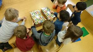 Weihnachten im Schuhkarton - an dieser Aktion beteiligten sich die Kinder, die beim Frühe Chancen Sprachtraining teilnehmen.