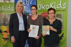 Die bayerische Umweltministerin Frau Ulrike Scharf verleiht den Preis an Frau Daniela Gröschner-Gockell und Frau Elisabeth Riahi